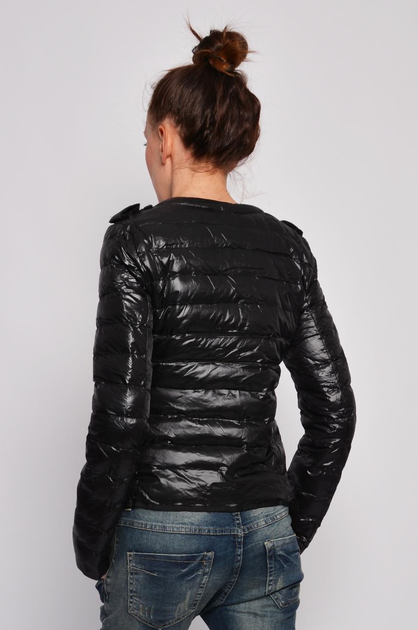 Pikowana kurtka w groszki Kurtka z poziomymi przeszyciami wykonana z przyjemnego w dotyku materiału, który bardzo dobrze się nosi. Wewnątrz znajduje się podszewka w groszki.