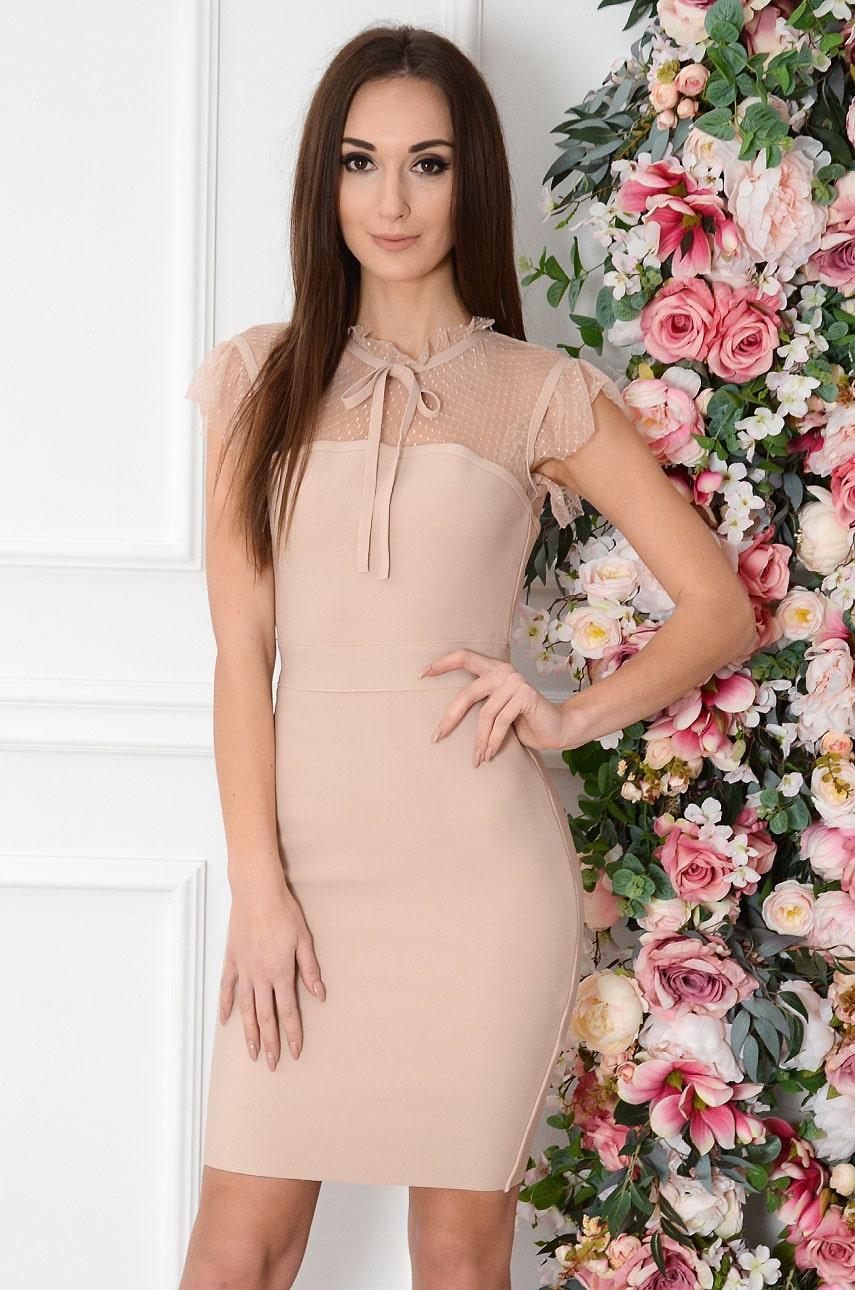 Púdrové priliehavé šaty Chiara