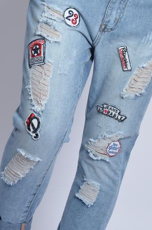 Spodnie jeans boyfriend z dziurami i naszywkami
