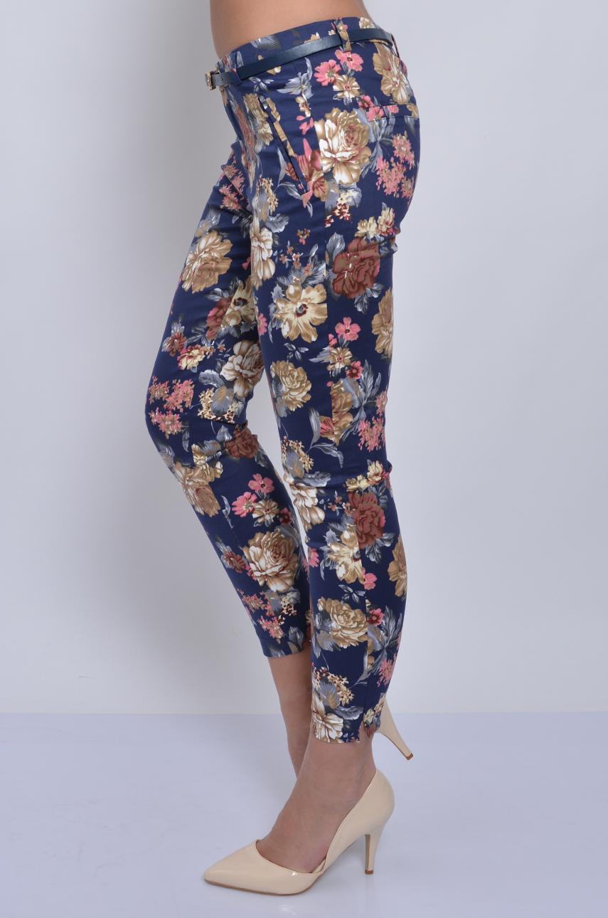 5c09dc26213b Spodnie Freesia w kwiaty na granatowym tle - Cocomoda.pl - od...