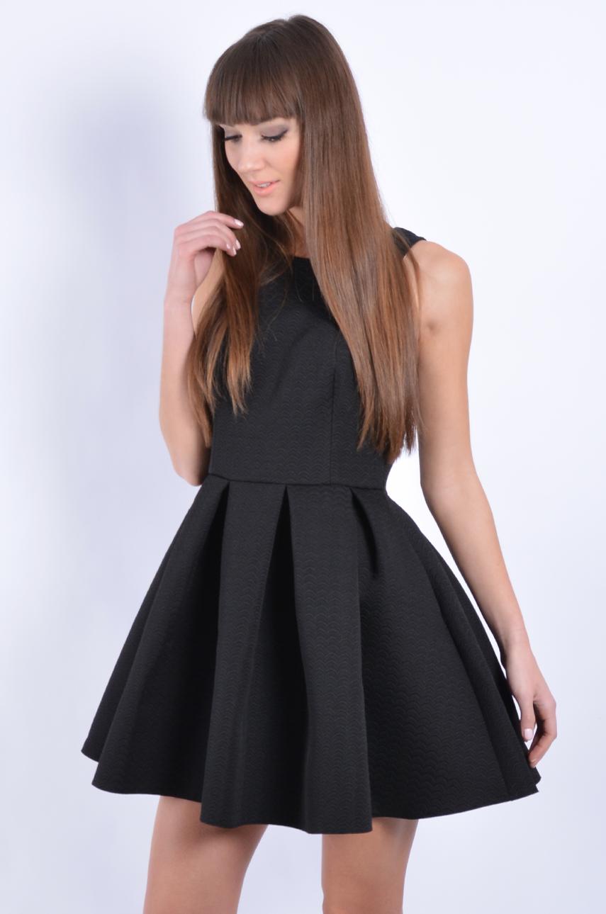 495f5023ecfd Sukienka rozkloszowana w zakładki wzorek czarna - Cocomoda.pl...