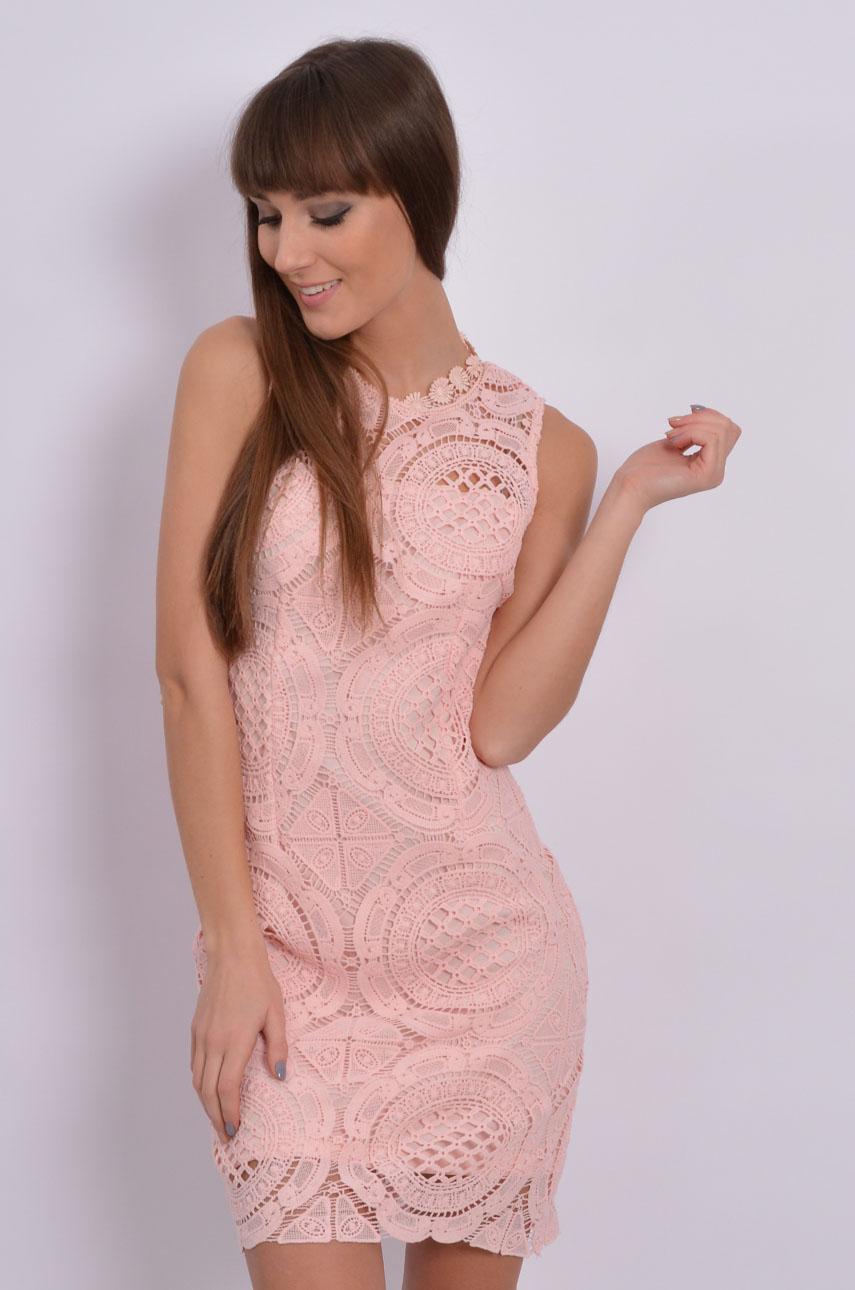 09d288d013fb Sukienka tuba z koronki w duże wzory pudrowy róż - Cocomoda....