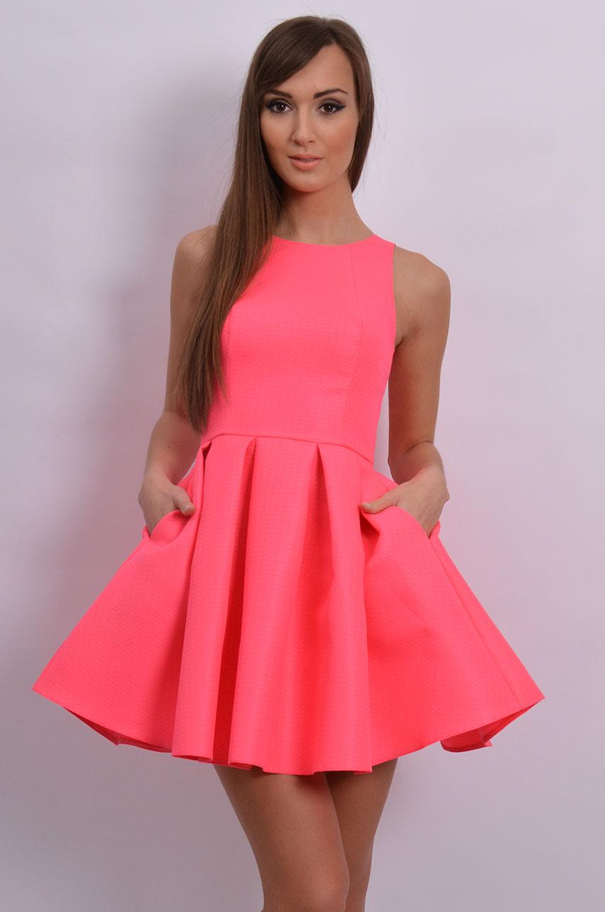 b175edb7bded Sukienka rozkloszowana w zakładki neonowy róż - Sklep cocomod...