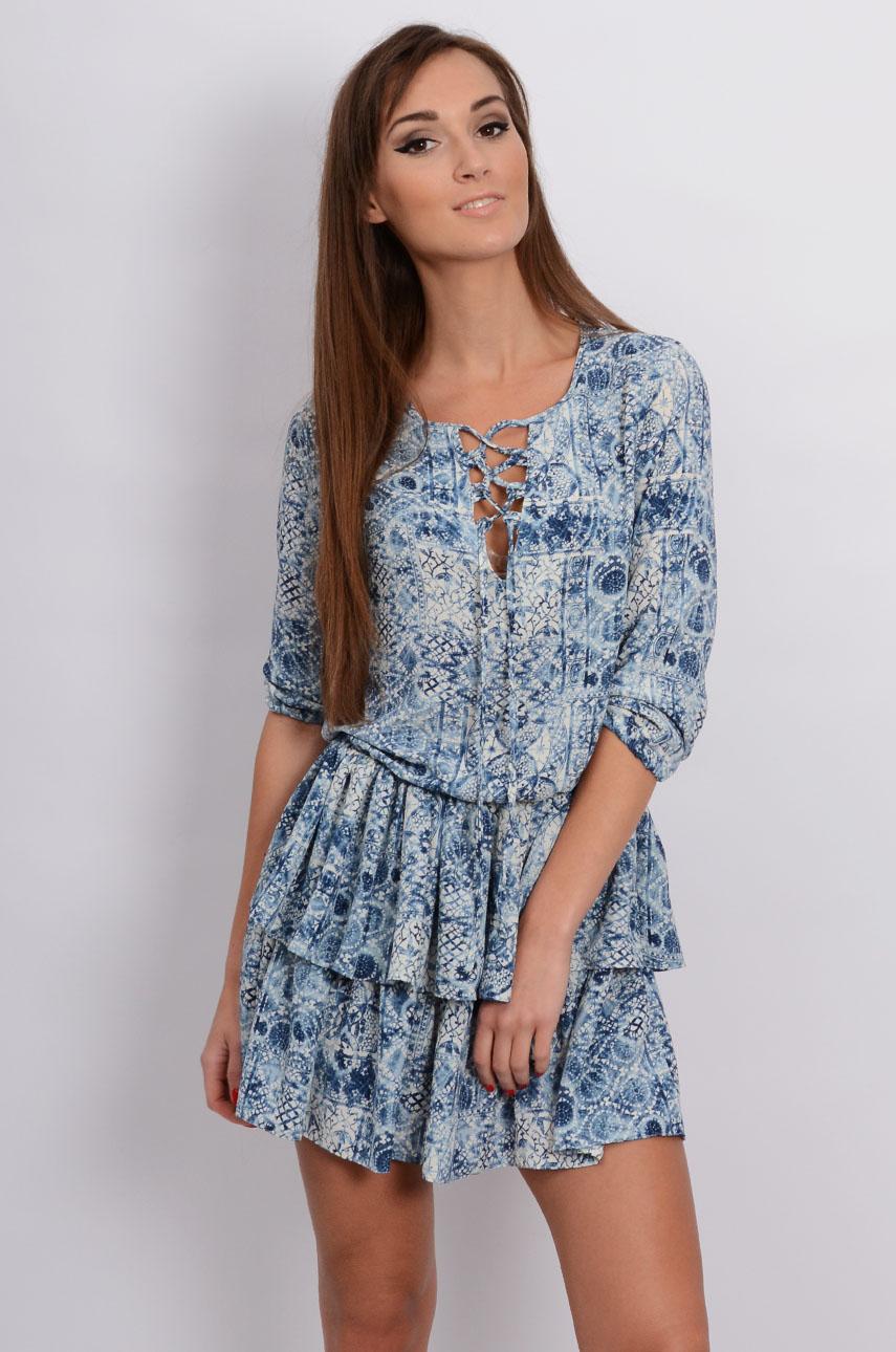 92afbe8e67 Zwiewna sukienka w niebieskie wzory z falbankami - Cocomoda.p...