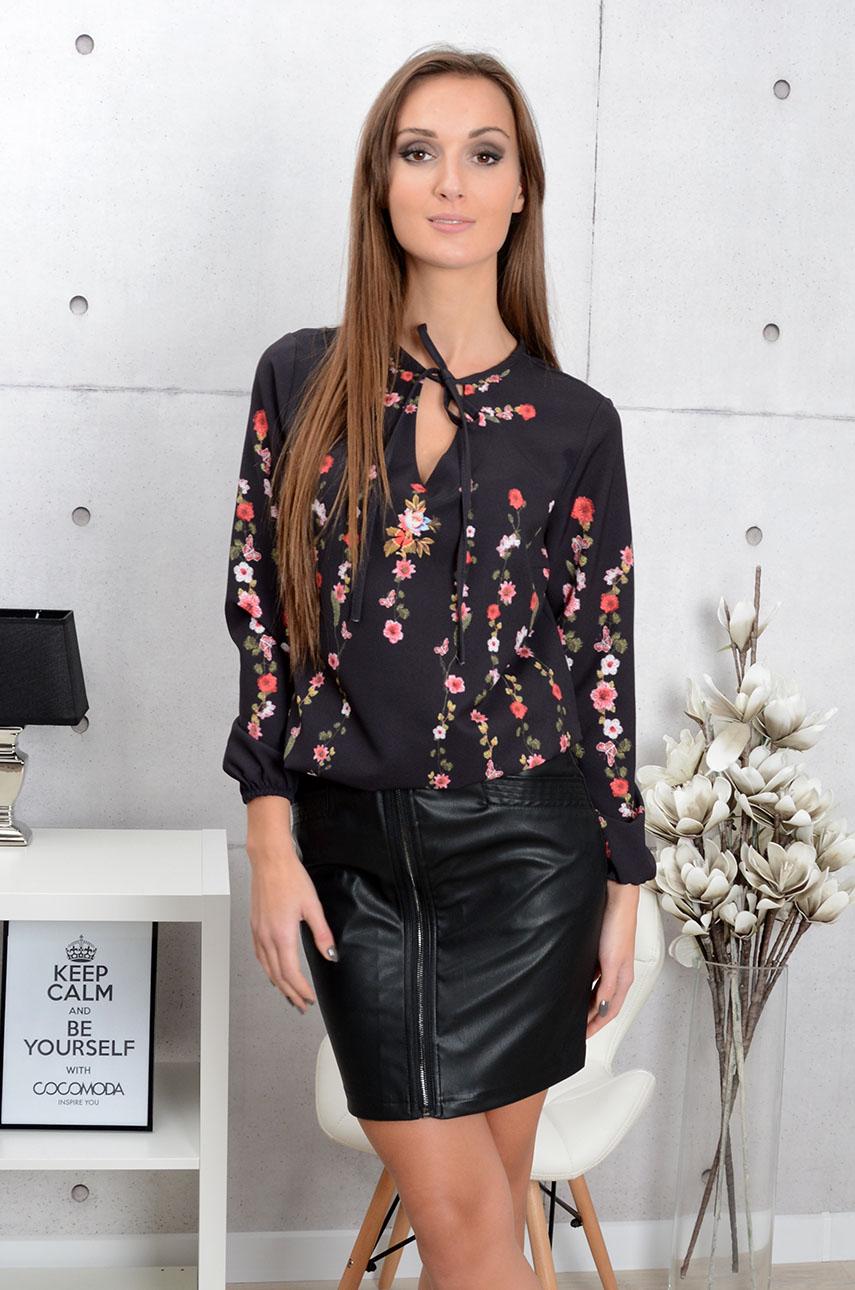 552feec94e54 Bluzka w kwiaty z wiązaniem czarna - Cocomoda.pl - odzież dam...