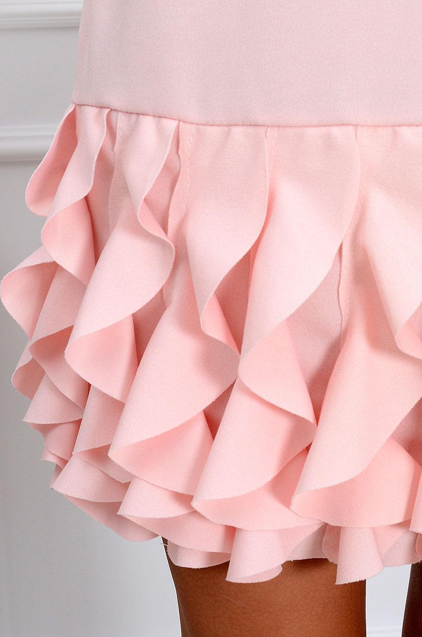 c3a48cd697 Sukienka z pionowymi falbankami pudrowy róż - Cocomoda.pl - o...