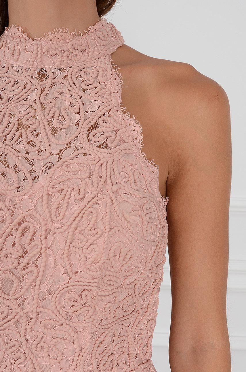 f8aa19c483 Sukienka na szyję koronkowa wytłaczana brudny róż - Cocomoda....