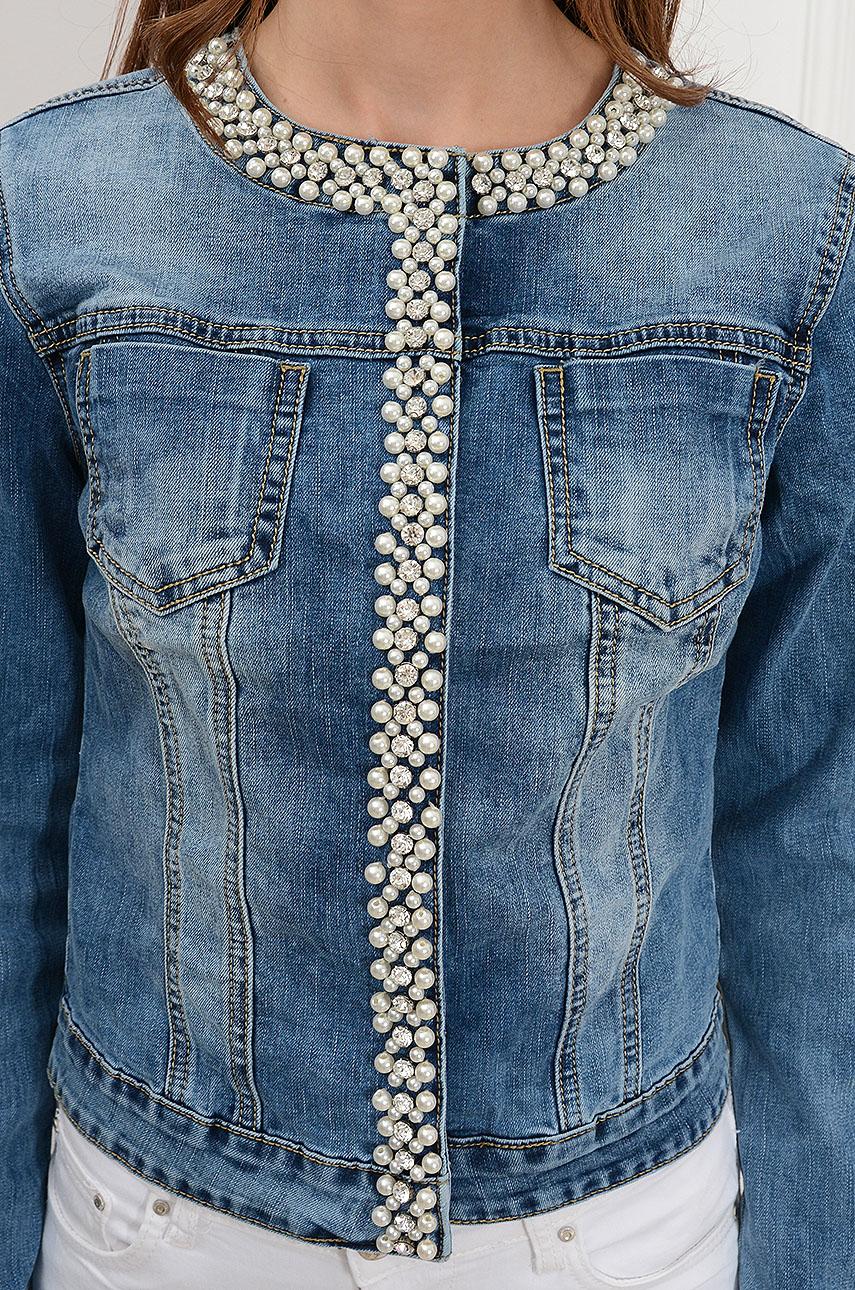 20c926485127e0 Krótka kurtka jeansowa z perłami i cyrkoniami - Cocomoda.pl -...