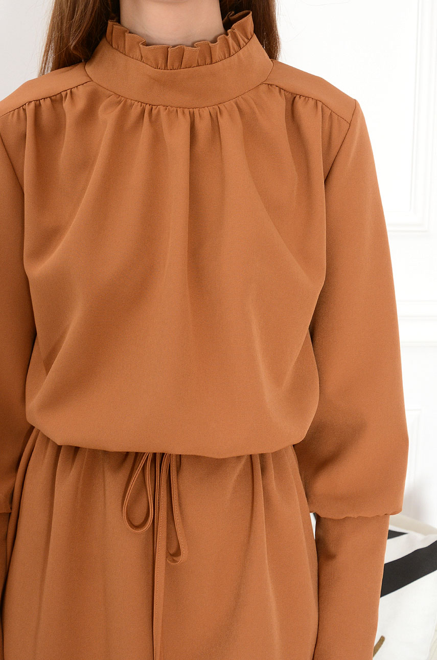 2190cea50a Sukienka ze stójką i troczkami Camilla kamel