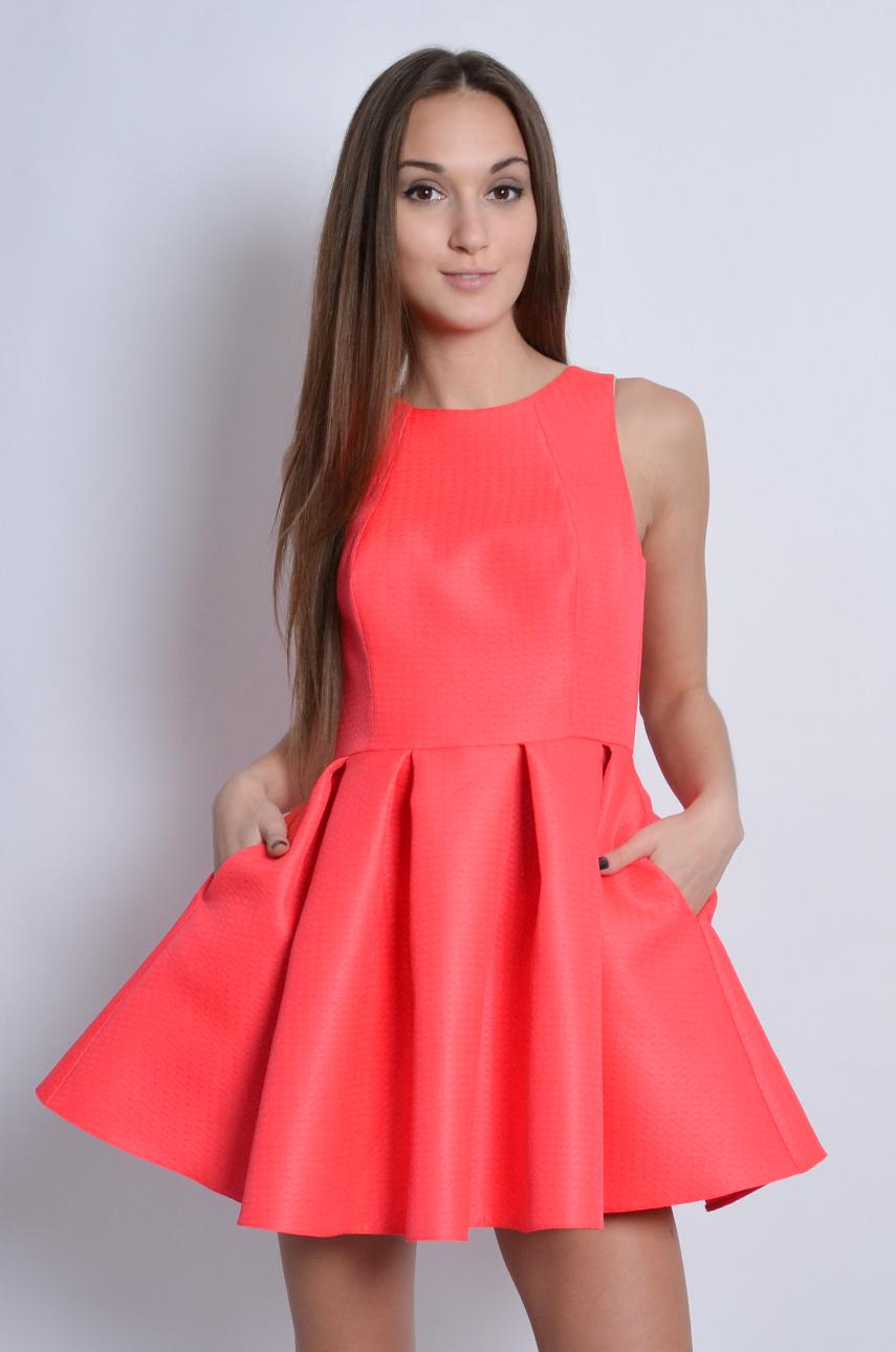 e6a8f2ca6346 Sukienka rozkloszowana w zakładki neon koral - Cocomoda.pl - ...