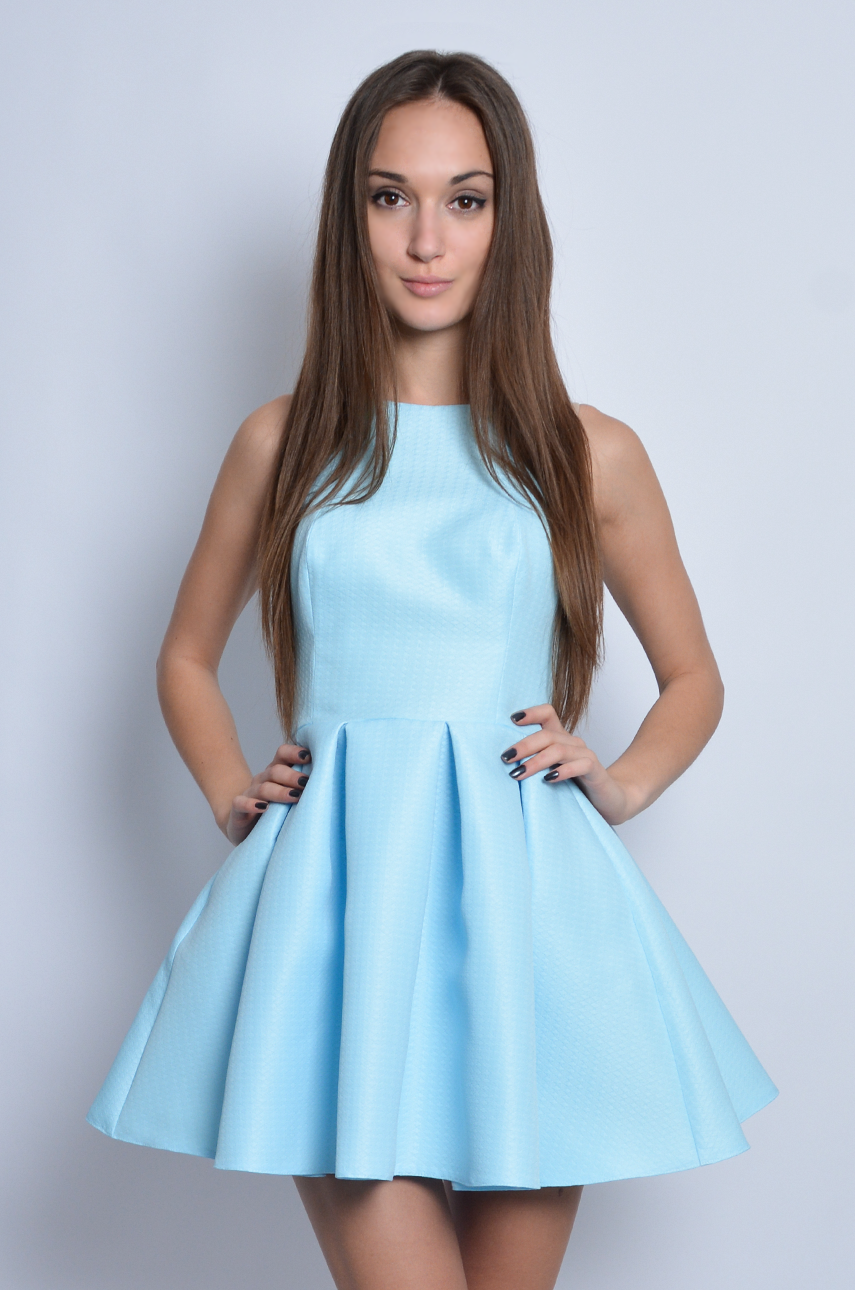 5f7bd6fa795e Sukienka rozkloszowana w zakładki błękitna - Cocomoda.pl - od...