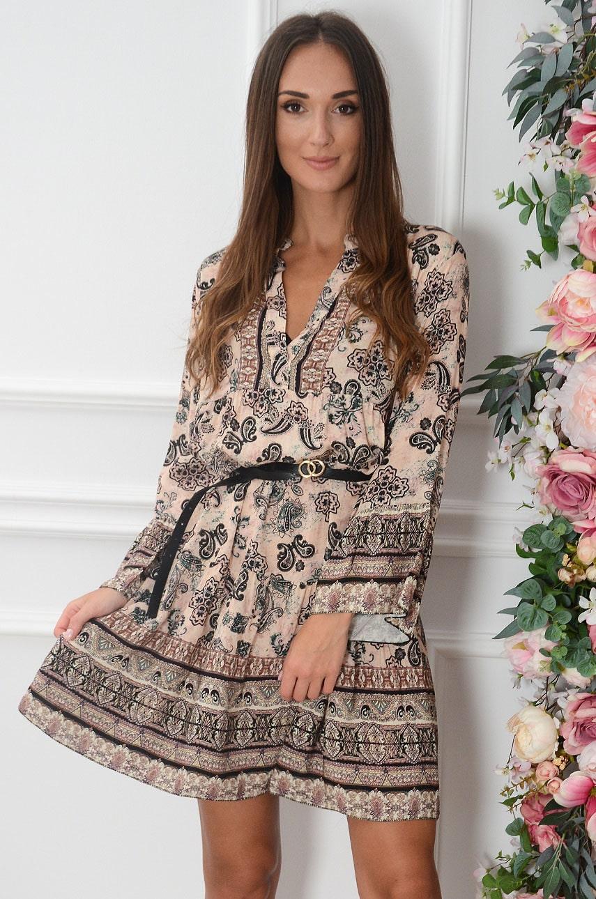 Sukienka oversize z falban w etno wzór pudrowa Lukija Rozmiar: UNI